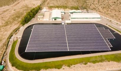 Solar fotovoltaica para autoconsumo, que flota en una balsa de regantes y que evita la evaporación