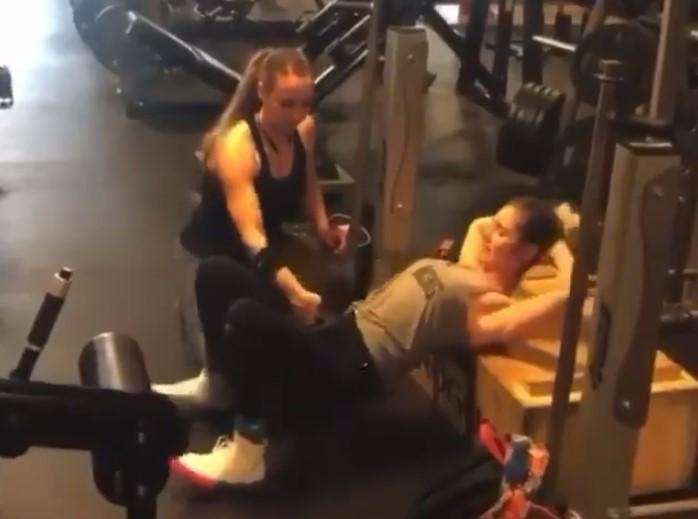 """""""Mamá, no es lo que parece, te juro que lo utilizo para hacer empujes de cadera en el gimnasio"""""""
