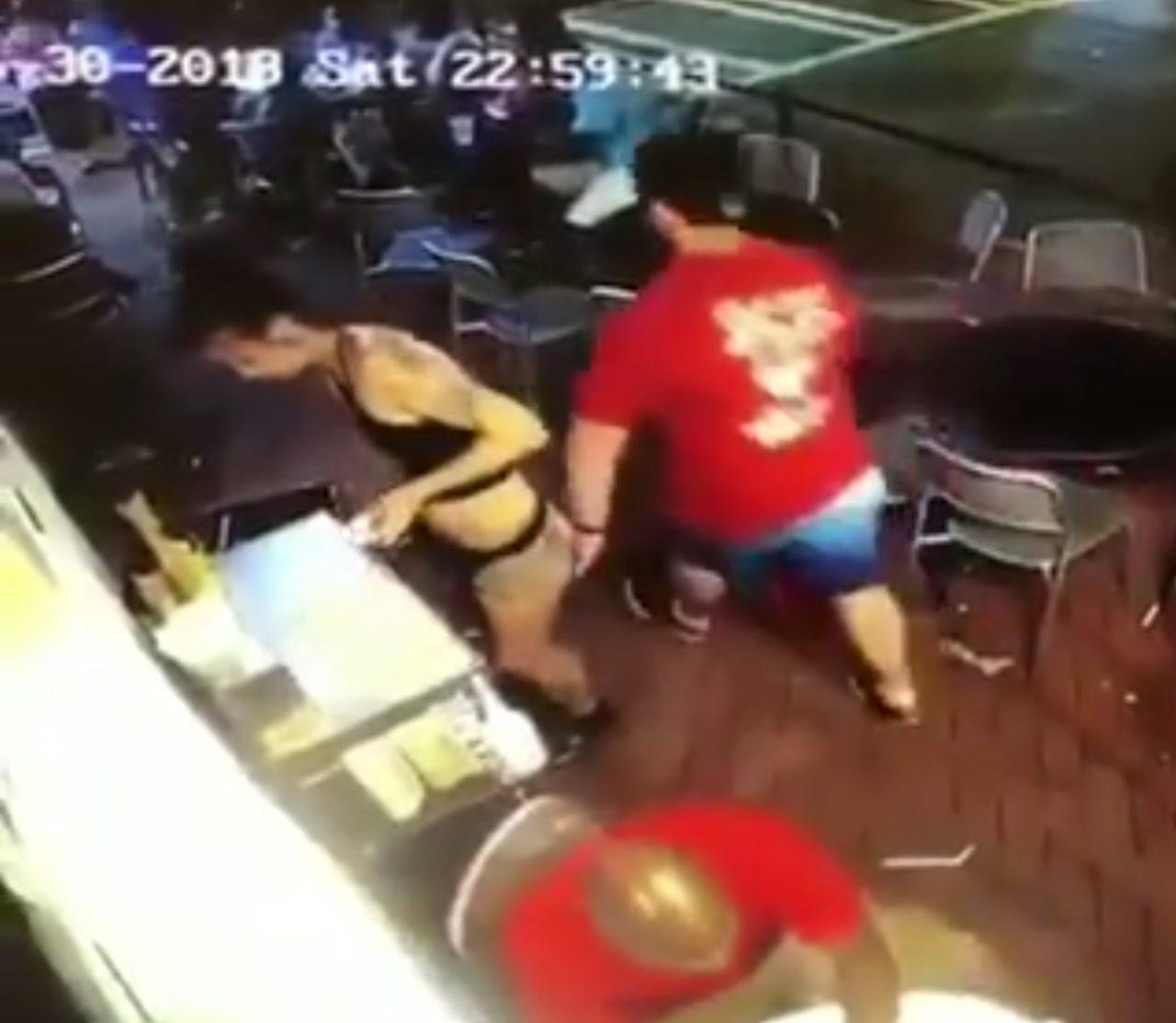Este hombre fue a tocar el trasero equivocado