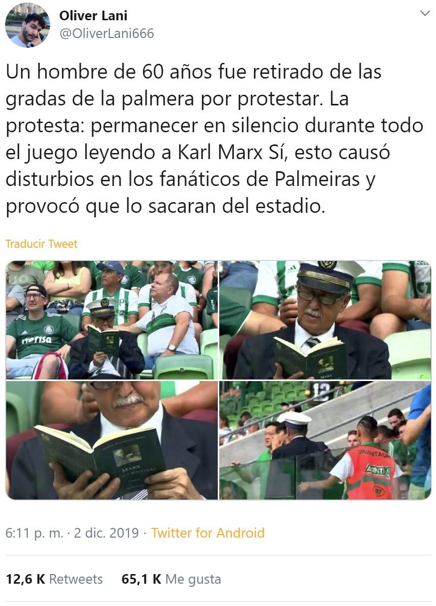Un hombre es expulsado del estadio por leer a Marx en vez de seguir el partido a modo de protesta