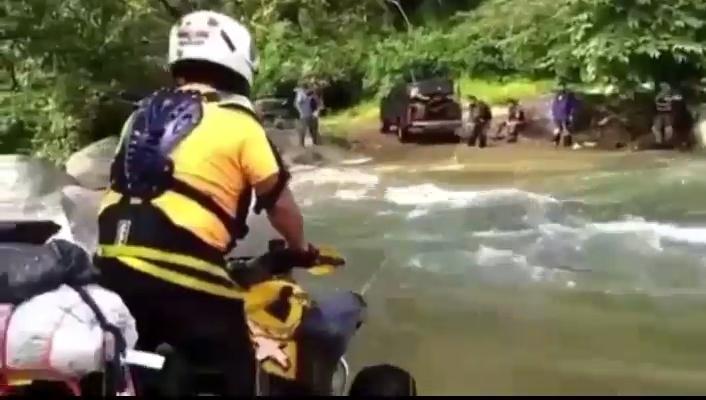 - Osvaldo, no sé yo si es muy buena idea cruzar el río con el quad...