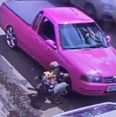 ¿Y qué hemos aprendido hoy?: NUNCA metas el brazo dentro del paso de rueda de un coche con suspensión hidráulica