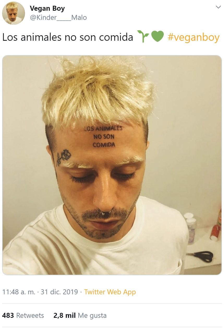 """Sí, Kinder Malo se ha tatuado """"Los animales no son comida"""" en la frente"""