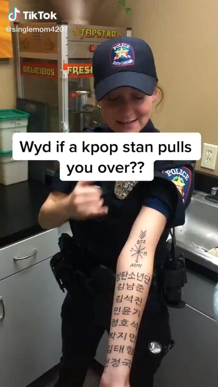 Una policía yanki se tatua todos los nombres de los componentes del grupo coreano BTS en el antebrazo