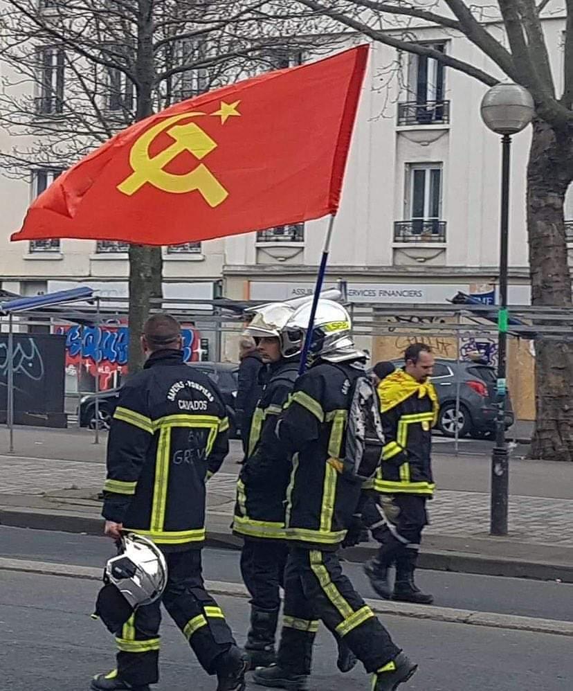 Bomberos portando una bandera comunista... ¿Real o fake?