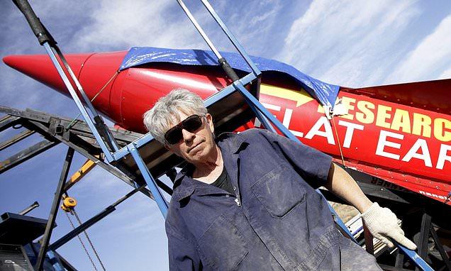 El terraplanista Mike Hughes muere al estrellarse en su cohete de vapor.