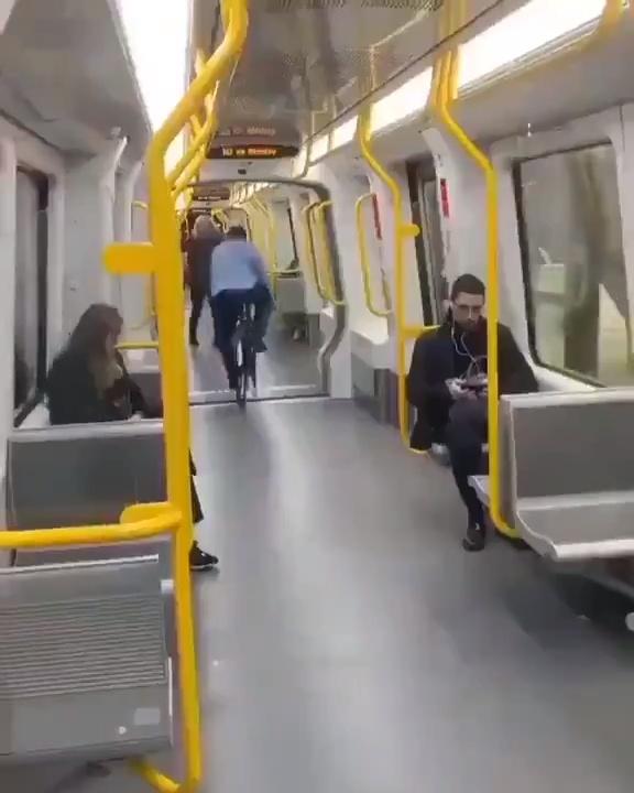 Cuando quieres romper las leyes de la física andando en bici dentro del metro...