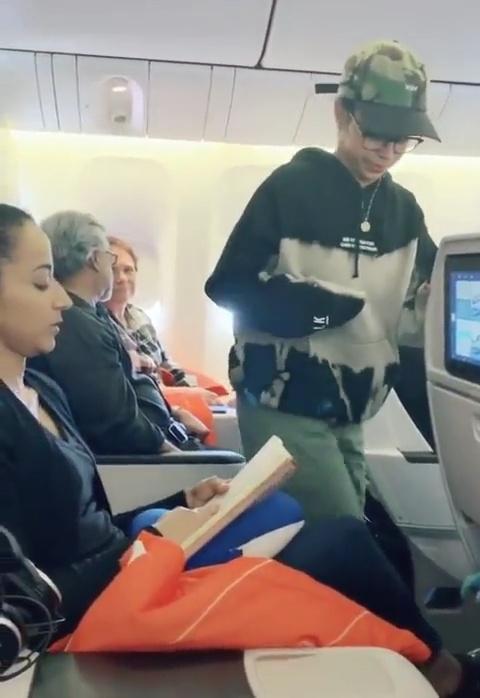 En ese asiento está la chica que te gusta, actúa normal