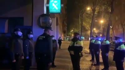 Barcelona. Agentes de los Mossos se acercan al cuartel de la Guardia Civil para mostrar sus respetos y su pésame por el fallecimiento del tte. coronel Gayoso.