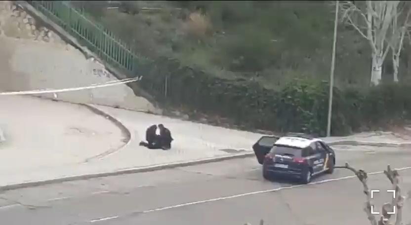 Esta mujer no se conforma con el retraso que supone salir a correr, además añade pedir ayuda porque la policía le detiene...