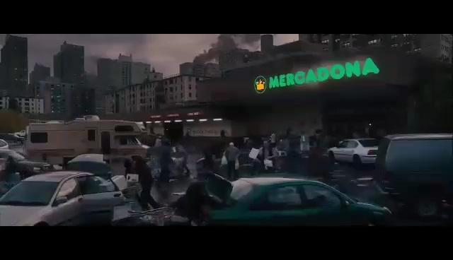 Gente con miedo a un virus, reuniéndose con un montón de desconocidos en un supermercado...