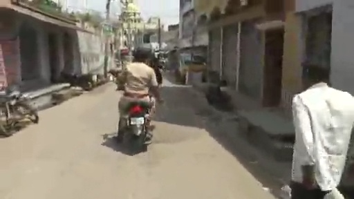 La policía india tiene un método algo rudimentario para que se cumpla la cuarentena, pero parece que funciona...