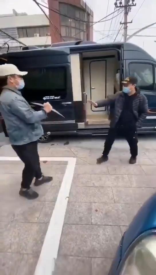 - Oye tito Ming... ¿por qué la gente se saluda así?