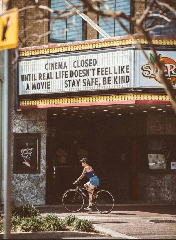 """""""Cine cerrado hasta que la vida no parezca una película. Manteneos a salvo. Sed amables."""""""