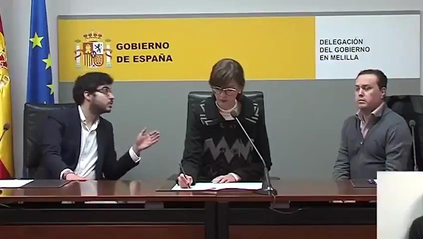 Una representante de la cámara de comercio china hablando con un presentador español: