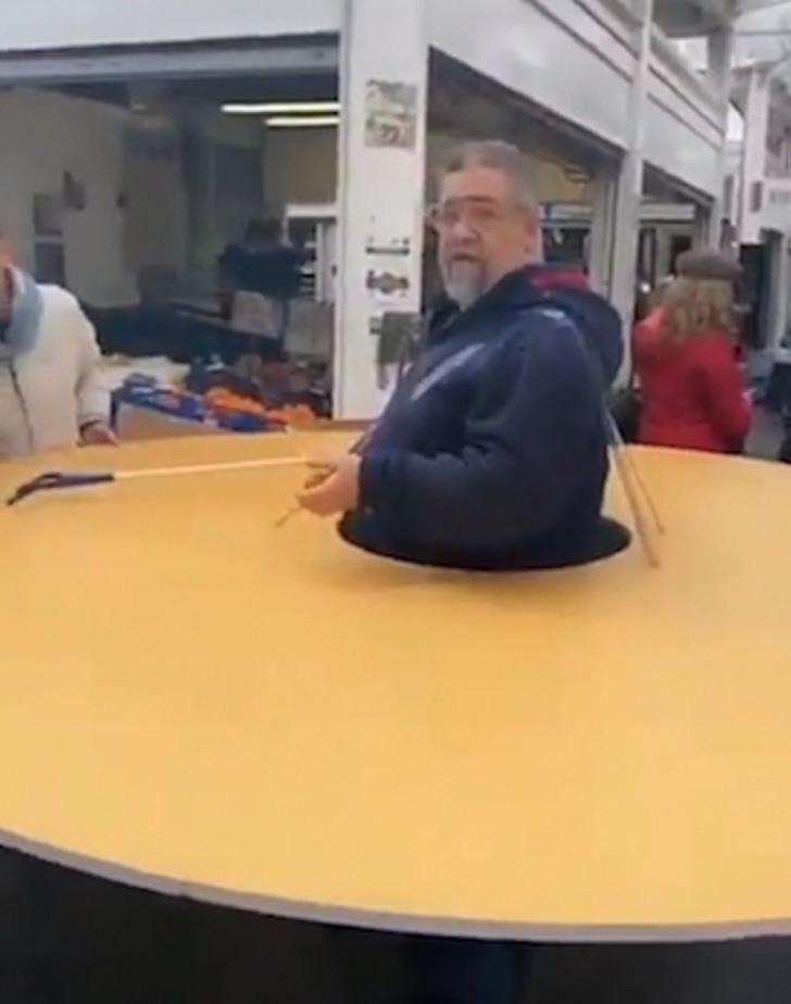 Un italiano sale a la calle con un disco gigante de cartón para que nadie se pueda acercar a menos de un metro y medio de él
