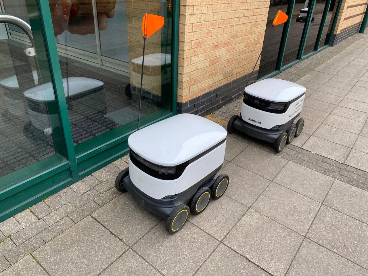 Así son los repartidores robóticos que llevan comida a domicilio en la ciudad de un finolier