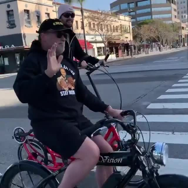 """Chuache pasa la """"cuarentena"""" dando una vuelta con su hijo Patrick y su bici elíptica demigrante"""