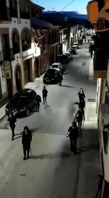 La Guardia Civil ha identificado y denunciado a las nueve personas que anoche se saltaron el estado de alarma en Porcuna, Jaén, simulando una procesión de vía crucis. Iban vestidas de negro y con peineta