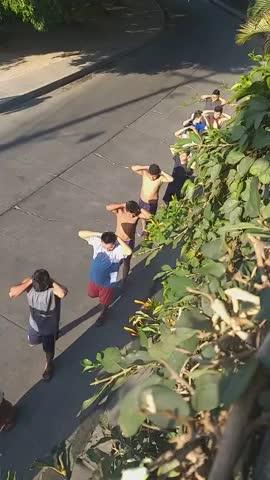 Policía de El Salvador avergonzando públicamente a los que se saltan la cuarentena