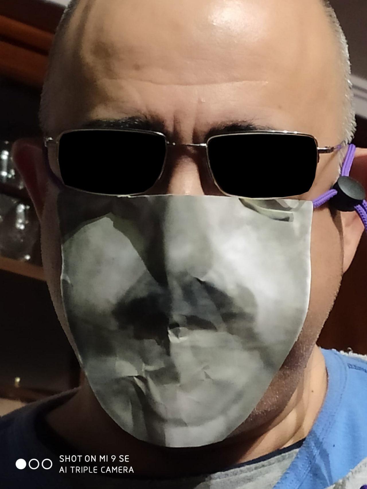 Mi padre sigue innovando con sus mascarillas caseras.
