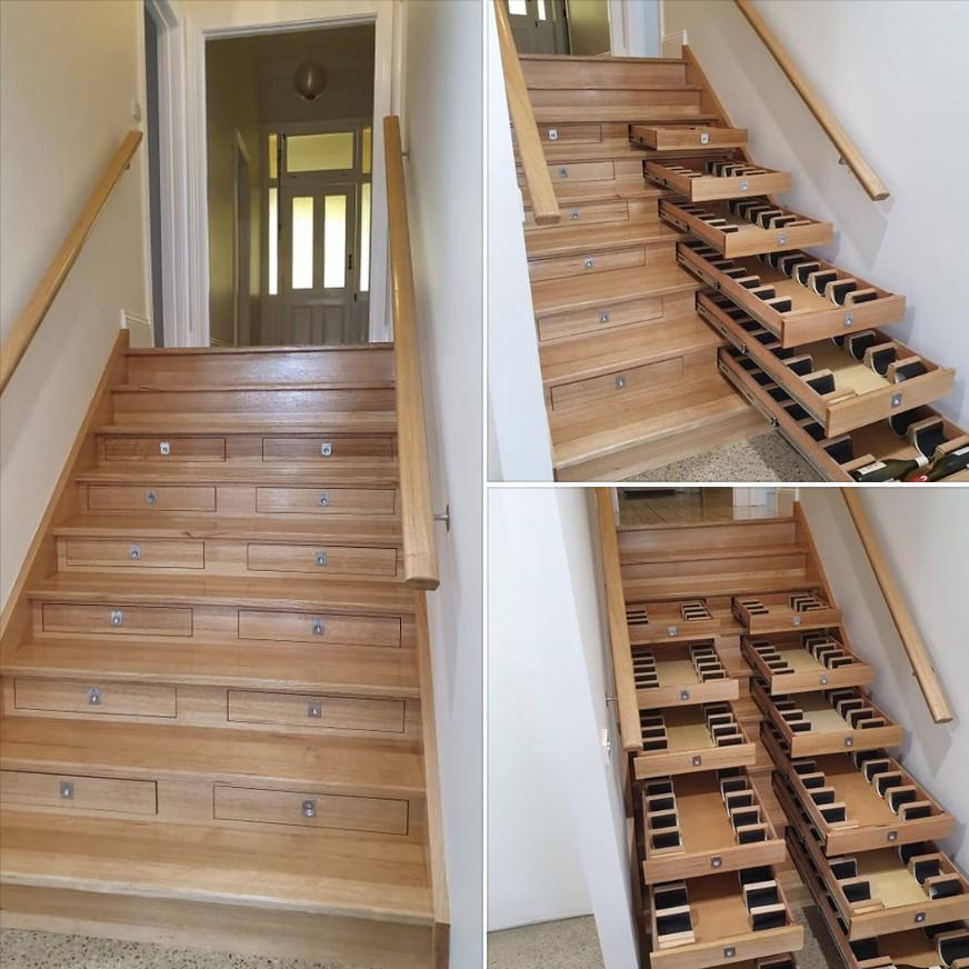 Una bodega dentro de las escaleras