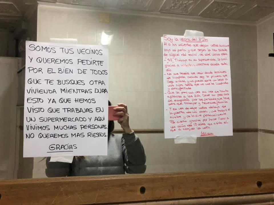 Cuelgan un cartel pidiendo a una trabajadora de un supermercado de Cartagena que se fuera de su edificio