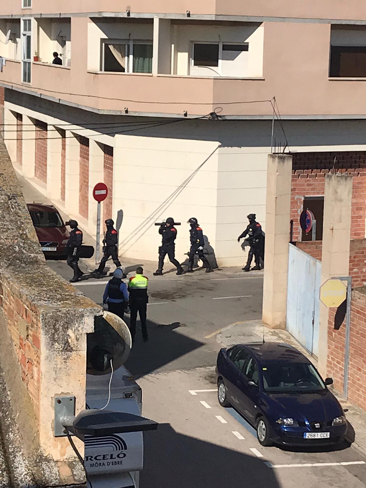 Los Mossos sufren una tormenta de objetos procedente de la terraza de unos integrados y amables ciudadanos
