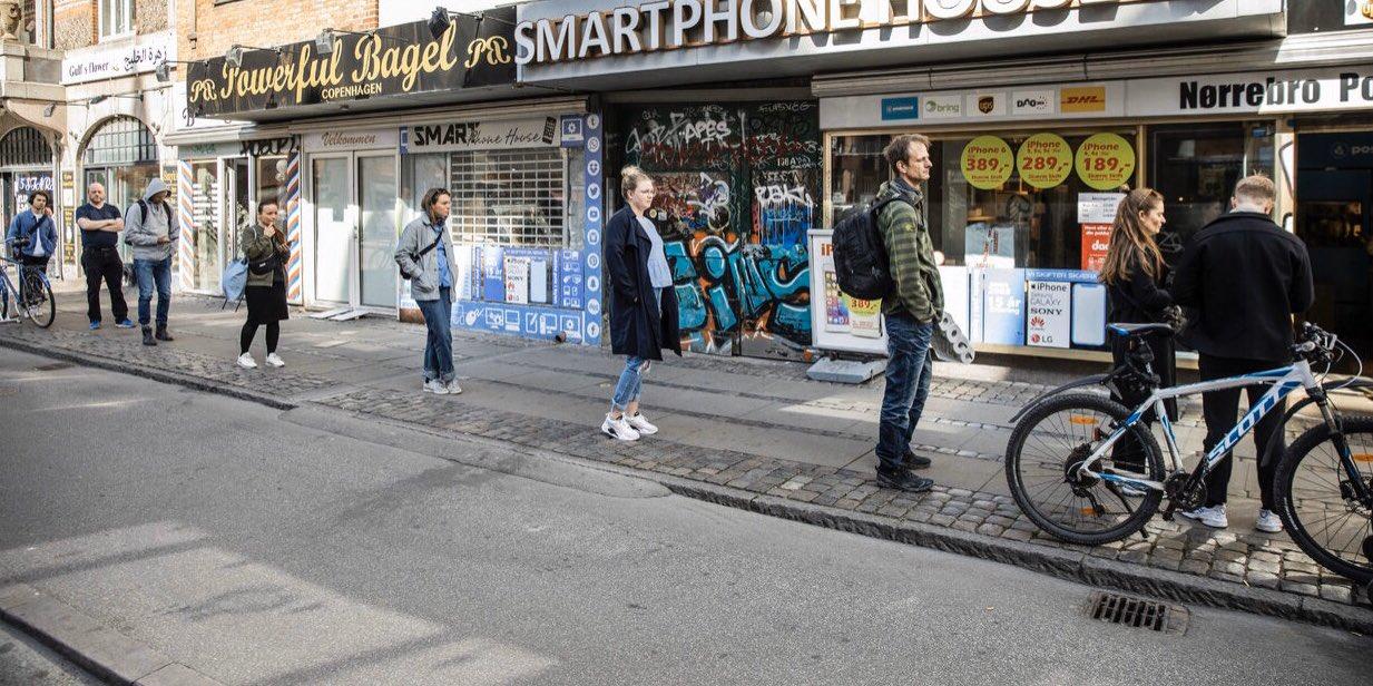 Copenhague: Un momento, dos fotógrafos. Uno usando una cámara con teleobjetivo, y otro un gran angular.