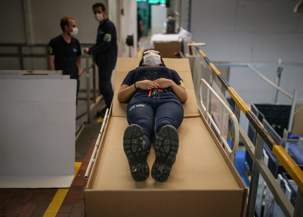 Fabrican en Bogotá una cama de hospital que se convierte en ataúd por el virus