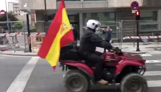 """""""Patriotas"""" paseándose en caravana por las calles de Vitoria"""