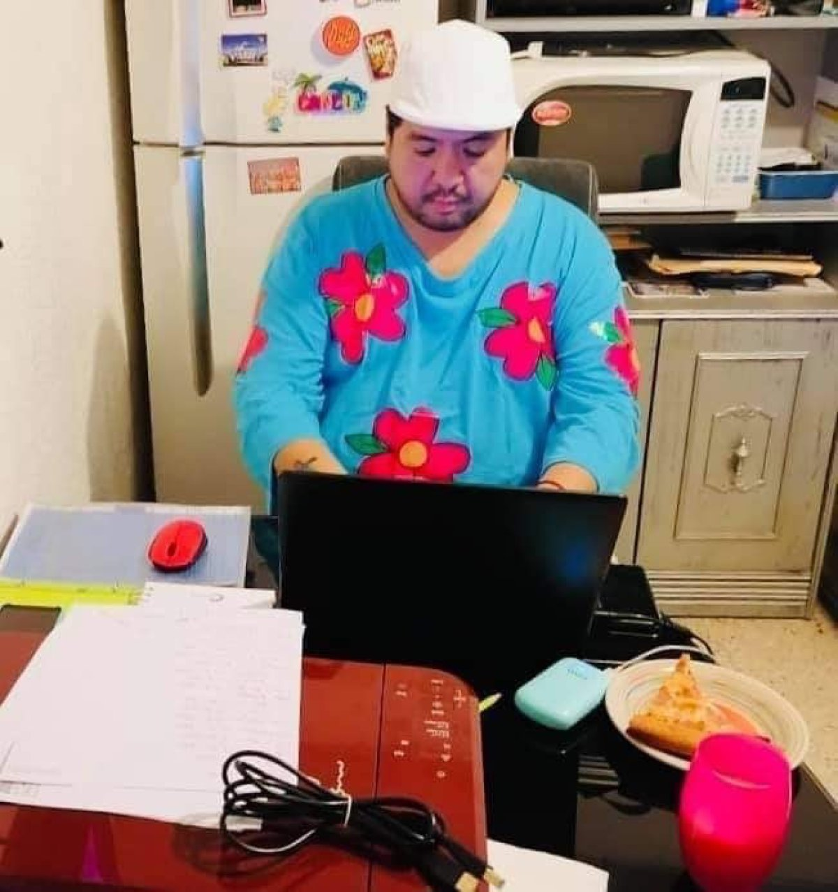 Este hombre sí que sabe cómo vestirse para trabajar desde casa...