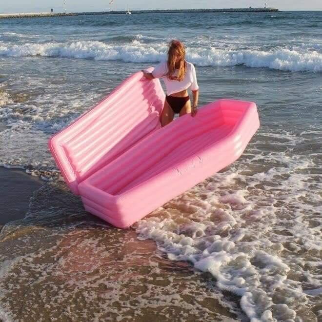 La colchoneta hinchable que lo va a petar en las playas este verano