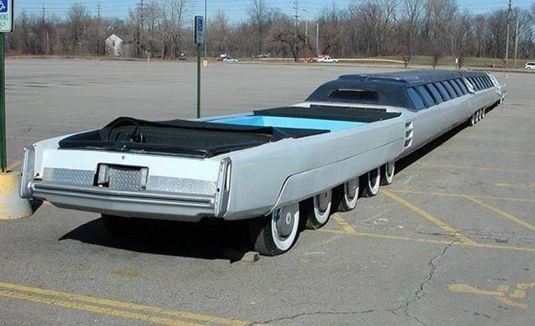 ¿Sabías que en 1986 existió una limusina con 24 ruedas, piscina, y... HELIPUERTO?