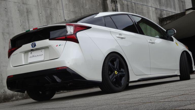 """Esto es lo que pasa cuando un Ferrari pilla en coronavairus: Kit de carrocería """"estilo Portofino"""" para el Toyota Prius"""