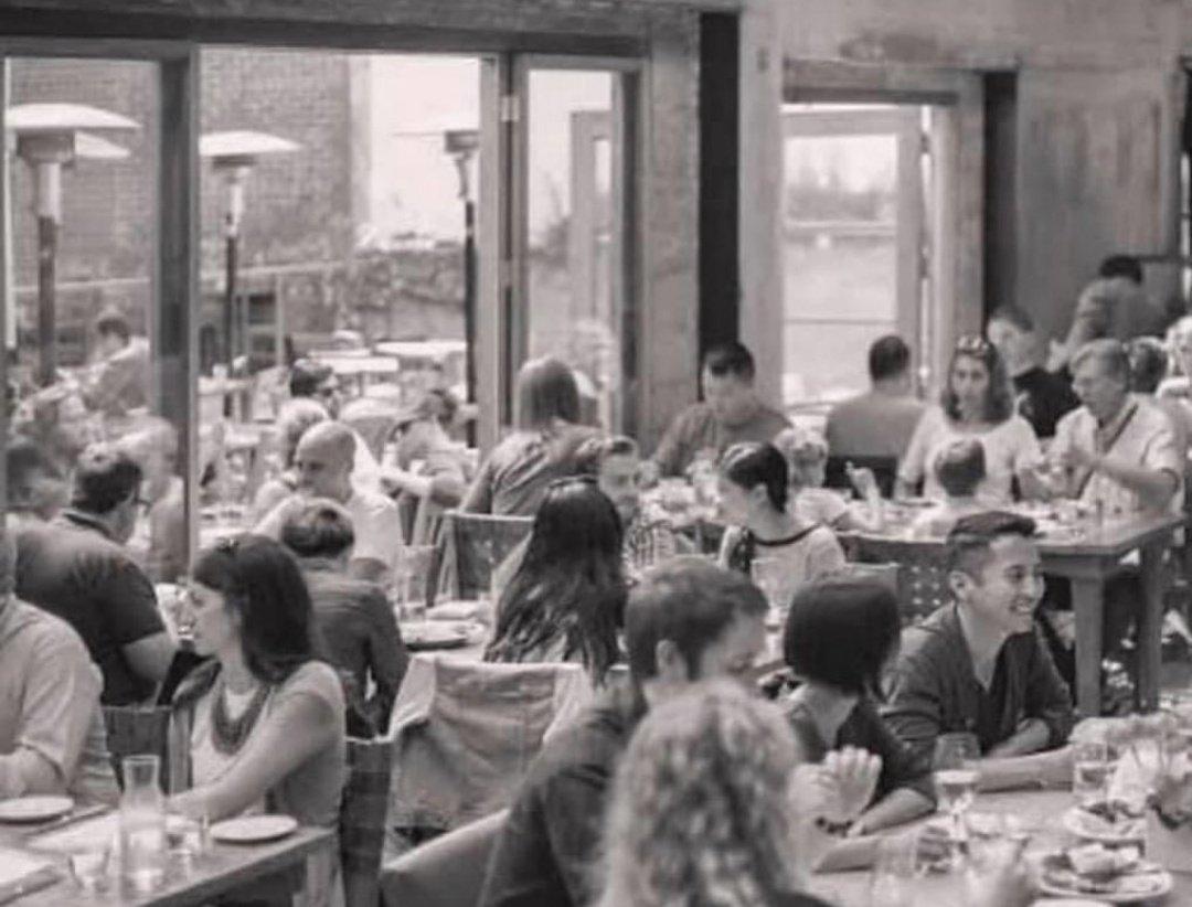 Foto antigua de gente comiendo en un restaurante en 2019