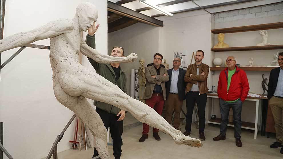 La estatua de Iniesta (en la que por alguna razón se le ha respresentado sin ropa) tendrá que esperar