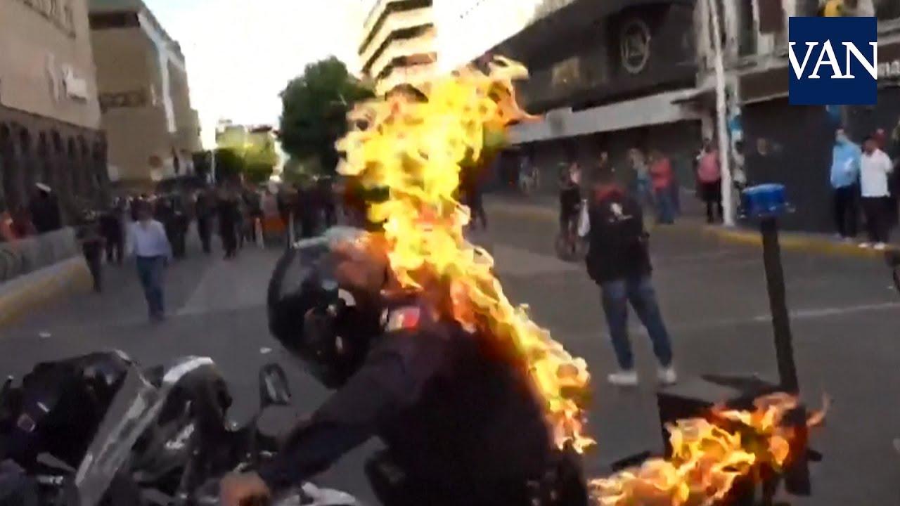 Un notas le prende fuego a un policía mejicano