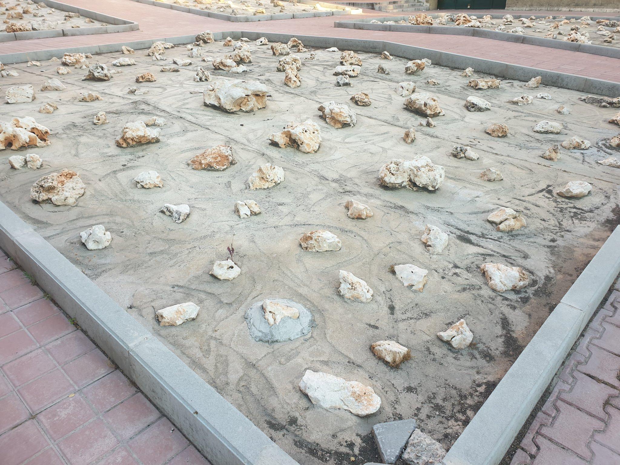 El jardín demigrante de piedras que no verás en un barrio pijo pero sí en Orcasur