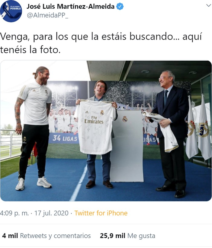 El Real Madrid obsequia al alcalde Martínez Almeida con un edredón del Real Madrid.