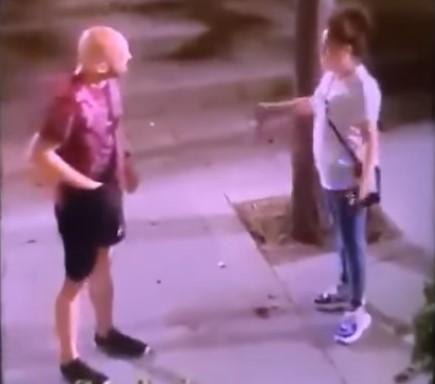Una mujer maltrata a un hombre en plena calle