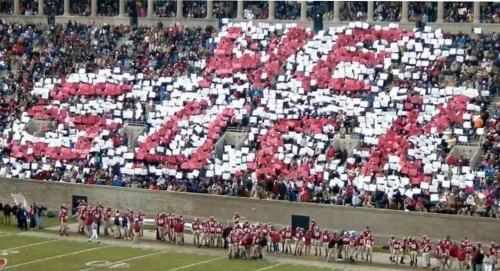 """En 2004, un grupo de estudiantes de Yale trolearon a Harvard haciéndose pasar por trabajadores, y preparando pancartas para que 1800 fans del equipo de Harvard las levantaran durante un partido de fútbol americano. Los fans de Harvard creían que en la composición se leería """"Go, Harvard"""" pero lo que en realidad ponía era..."""