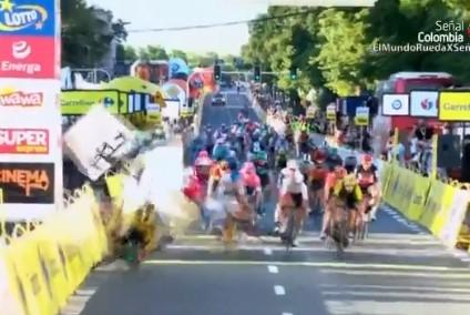 Espectacular caída múltiple en el Tour de Polonia