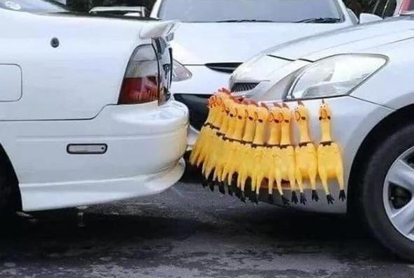 Cuando no te llega para los sensores de aparcamiento pero eres un hombre con recursos...