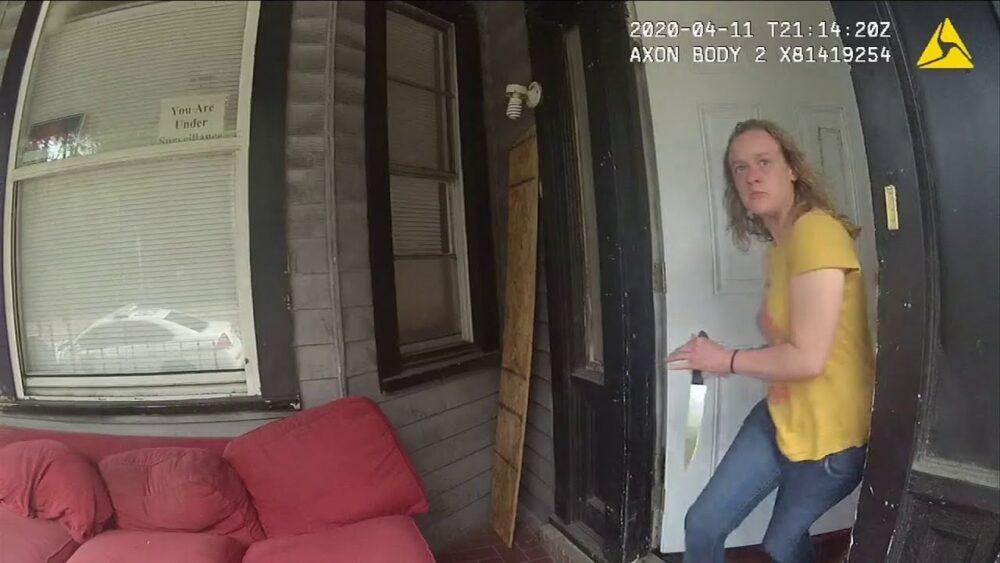 Una mujer intenta pinchar a una agente de policía antes de recibir varios disparos que acabarían con su vida