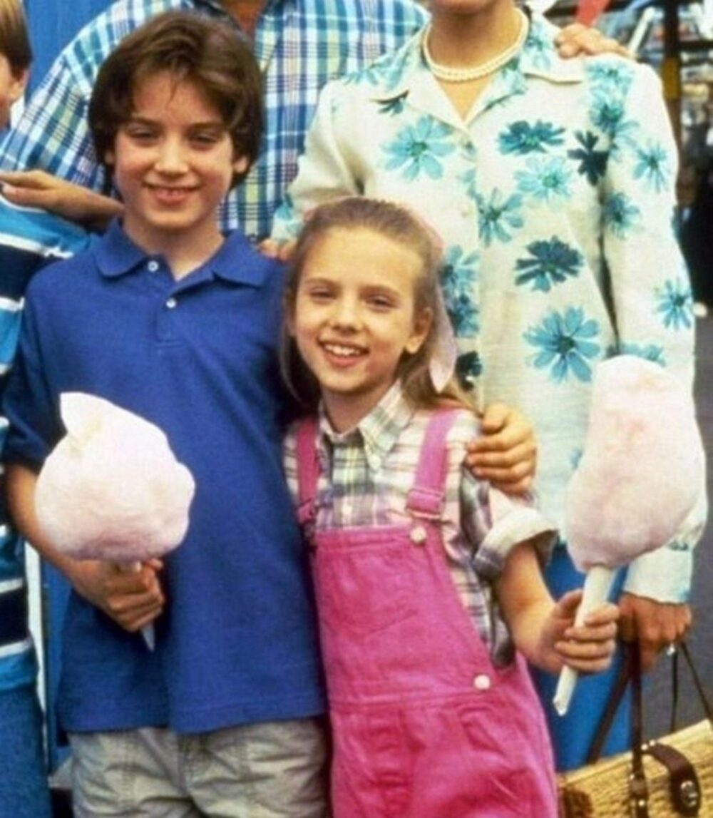 Elijah Wood y Scarlett Johansson cuando eran enanos