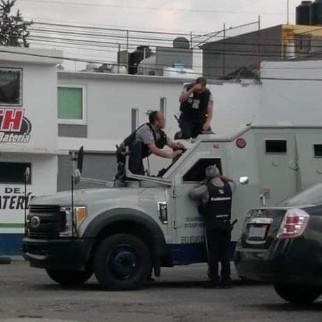 Si has tenido un mal día, recuerda a estos hombres que se dejaron las llaves dentro de una camioneta blindada
