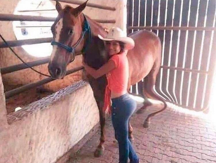 La chica está muy bien, pero ojalá al caballo se le curen las patitas :c