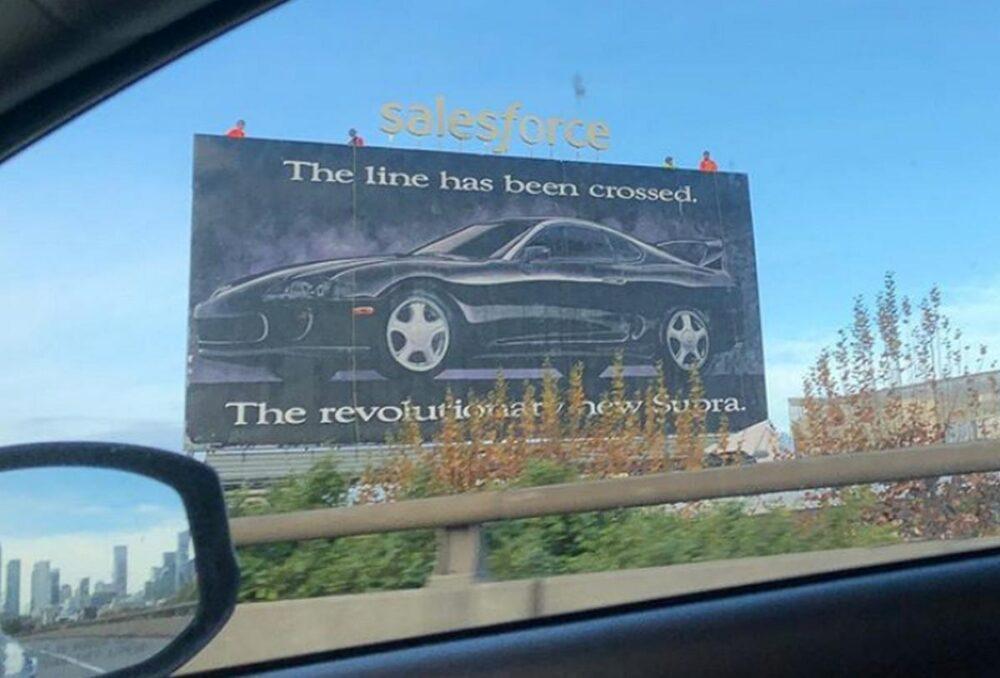 El motivo por el que este cartel de Toyota Supra ha sobrevivido 27 años
