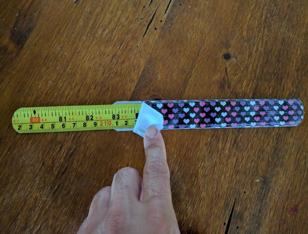 Emosido engañado: Esto es lo que hay dentro de esos brazaletes que se cierran solos